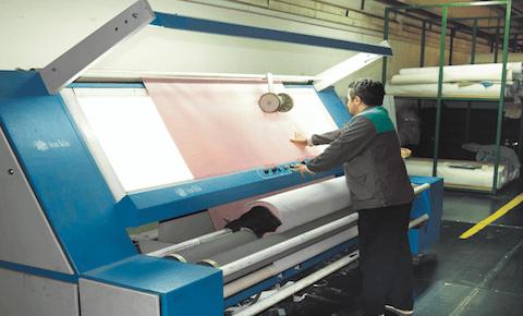 Minkštų baldų komplekto Titanyum audinių kokybės kontrolė